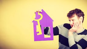 Hombre con la casa de papel y la llave Foto de archivo libre de regalías