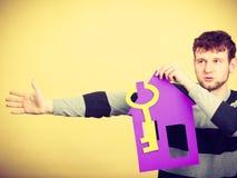 Hombre con la casa de papel y la llave Imagen de archivo