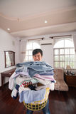 Hombre con la cesta de lavadero Foto de archivo libre de regalías