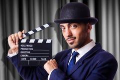 Hombre con la chapaleta de la película Foto de archivo