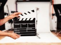 Hombre con la chapaleta de la película en estudio fotos de archivo libres de regalías