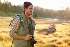 Hombre con la cámara en el campo, Big Bear, California, los E.E.U.U. Imágenes de archivo libres de regalías