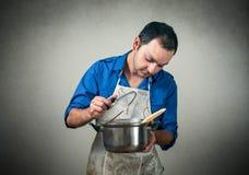 Hombre con la comida Imagenes de archivo