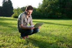 Hombre con la computadora portátil fotos de archivo