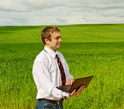 Hombre con la computadora portátil. Fotografía de archivo