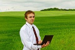 Hombre con la computadora portátil. Imagen de archivo libre de regalías