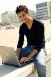Hombre con la computadora portátil al aire libre Fotos de archivo libres de regalías