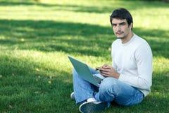 Hombre con la computadora portátil al aire libre Fotografía de archivo libre de regalías