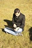 Hombre con la computadora portátil en la naturaleza Fotos de archivo libres de regalías