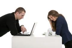 Hombre con la computadora portátil, esposa con los platos Fotos de archivo libres de regalías