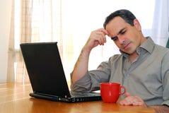 Hombre con la computadora portátil Fotos de archivo libres de regalías