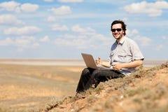 Hombre con la computadora portátil Foto de archivo libre de regalías