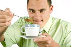 Hombre con la cuchara y la taza que van a hacer la bebida caliente Imagen de archivo