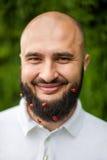 Hombre con la decoración en barba Fotos de archivo libres de regalías