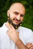 Hombre con la decoración en barba Fotos de archivo