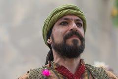 Hombre con la ejecución medieval del traje Foto de archivo libre de regalías