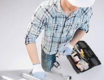 Hombre con la escalera, el juego de herramientas y la llave inglesa Foto de archivo libre de regalías