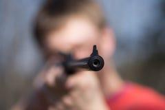 Hombre con la escopeta de aire comprimido Imagen de archivo