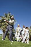 Hombre con la familia en el campo de golf Fotos de archivo libres de regalías