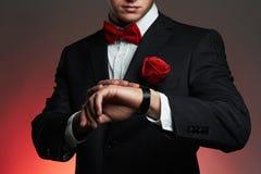 Hombre con la flor hombre del novio de los jóvenes en traje foto de archivo