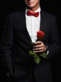 Hombre con la flor hombre del novio de los jóvenes en traje imagen de archivo libre de regalías