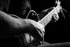Hombre con la guitarra Foto de archivo libre de regalías