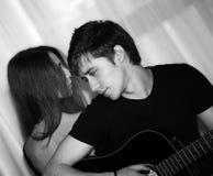 Hombre con la guitarra, mujer Fotografía de archivo libre de regalías