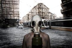 Hombre con la máscara antigas Fotos de archivo