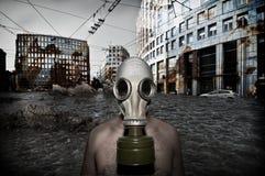 Hombre con la máscara antigas Imagen de archivo libre de regalías