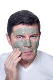 Hombre con la máscara de la belleza imagen de archivo libre de regalías