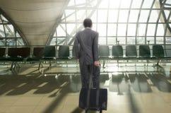 Hombre con la maleta en aeropuerto terminal Imagen de archivo