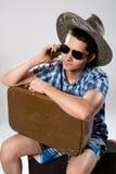 Hombre con la maleta que habla en el teléfono Fotos de archivo libres de regalías