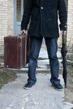 Hombre con la maleta y el paraguas. Imagenes de archivo