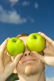 Hombre con la manzana Imagen de archivo libre de regalías