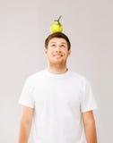 Hombre con la manzana verde en su cabeza Imágenes de archivo libres de regalías