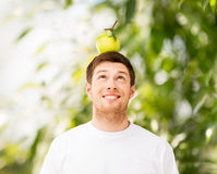 Hombre con la manzana verde en su cabeza Foto de archivo libre de regalías