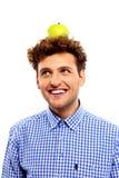 Hombre con la manzana verde en su cabeza Fotografía de archivo libre de regalías