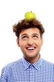 Hombre con la manzana verde en su cabeza Foto de archivo