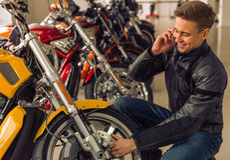 Hombre con la moto Imagenes de archivo