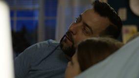 Hombre con la muchacha en la cama que cuenta historia metrajes
