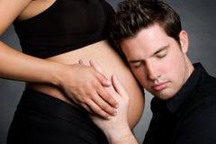Hombre con la mujer embarazada foto de archivo
