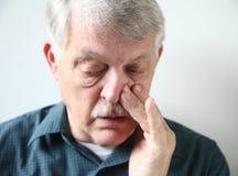 Hombre con la nariz sofocante Fotos de archivo