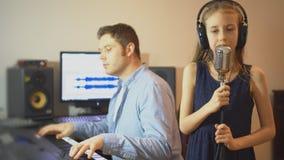 Hombre con la niña que ensaya la canción almacen de metraje de vídeo