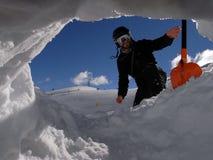 Hombre con la pala del agujero de la nieve Fotos de archivo