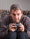 Hombre con la palanca de mando que juega a los juegos video Imágenes de archivo libres de regalías