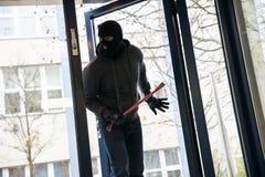 Hombre con la palanca que entra en casa foto de archivo libre de regalías