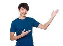Hombre con la palma abierta de la mano Foto de archivo libre de regalías