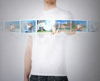 Hombre con la pantalla virtual Fotografía de archivo