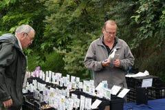 Hombre con la parada que vende las semillas de la planta Fotografía de archivo