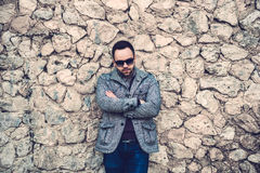 Hombre con la pared de piedra cercana al aire libre de la barba Fotos de archivo libres de regalías